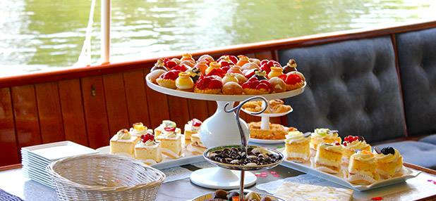 high tea in een boot